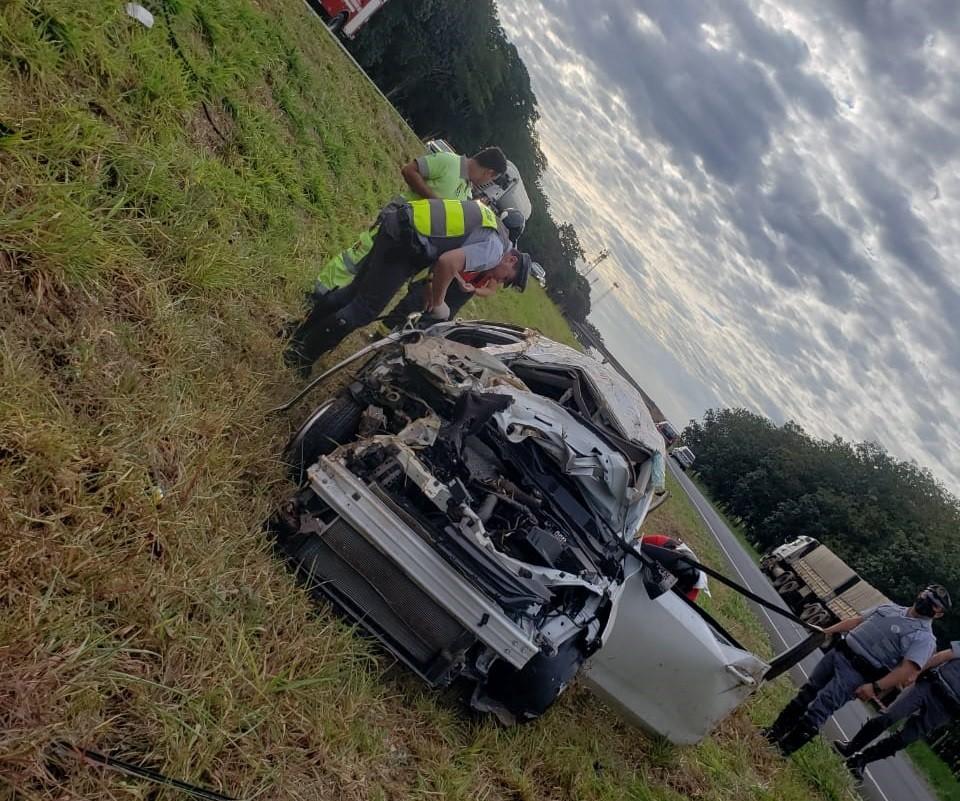 Homem morre após batida entre carro e caminhão em rodovia de Tanabi