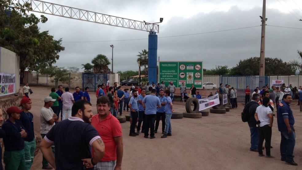 -  Empresários e trabalhadores das empresas de transporte fecham acesso ao Porto Seco de Corumbá  Foto: Cleto Kipper/TV Morena