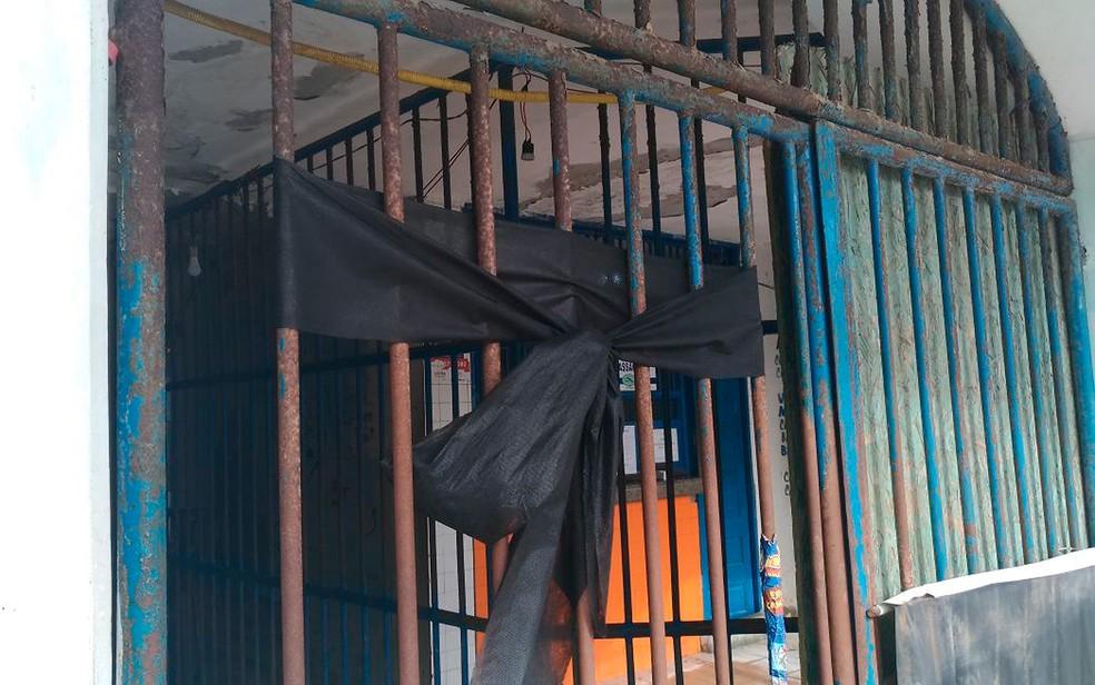 Fita preta foi colocada no Terminal de Vera Cruz em sinal de luto às vítimas da tragédia (Foto: Juliana Almirante/ G1)
