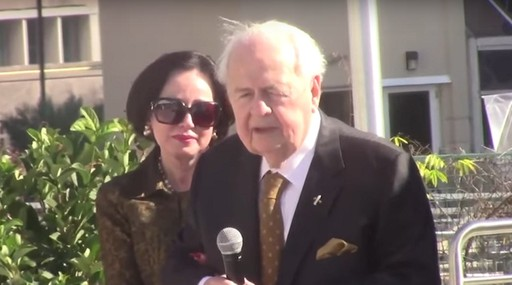 Tom Benson, de 89 anos, é o proprietário do New Orleans Saints (NFL) e do New Orleans Pelicans (NBA). Os times são os principais fatores para a sua fortuna estimada de US$ 2,2 bilhões. (Foto: Reprodução/YouTube)