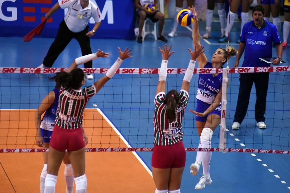 Mari Paraíba ataca e foge do bloqueio rival (Foto: João Pires / Fotojump)