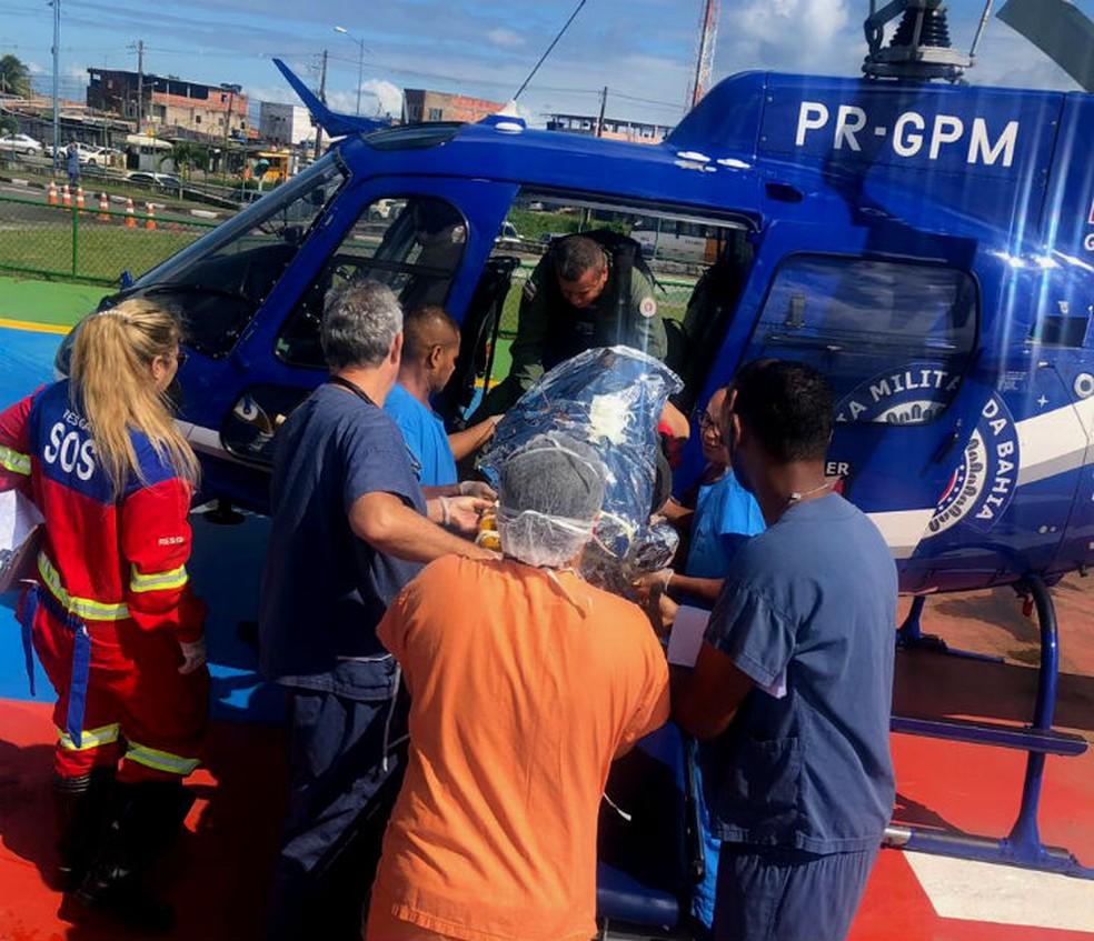 Momento em que a vítima chegou no Hospital do Subúrbio, em Salvador — Foto: Divulgação/Graer