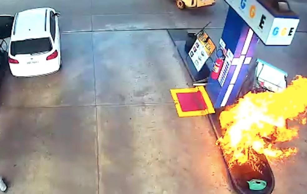 Bomba pegou fogo após cliente carregar mangueira sem perceber.  Foto: Reprodução