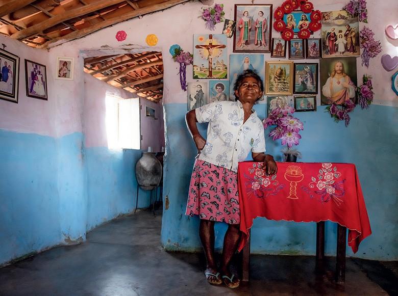 maria Nazaré de jesus, parteira - Com orações, cantos, raízes e garrafadas,  elas preservam os saberes e as práticas da Caatinga (Foto: José Medeiros)