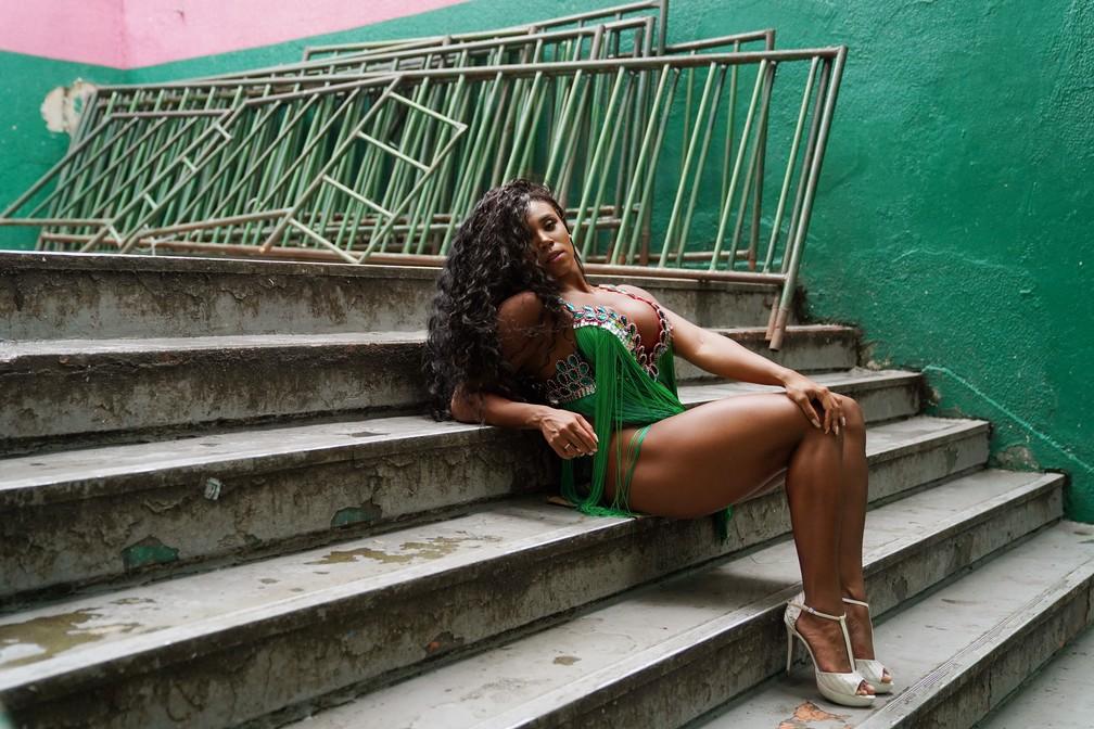Para Evelyn Bastos, seu reinado na Mangueira é para inspirar a próxima geração do samba na comunidade — Foto: Marcos Serra Lima/G1