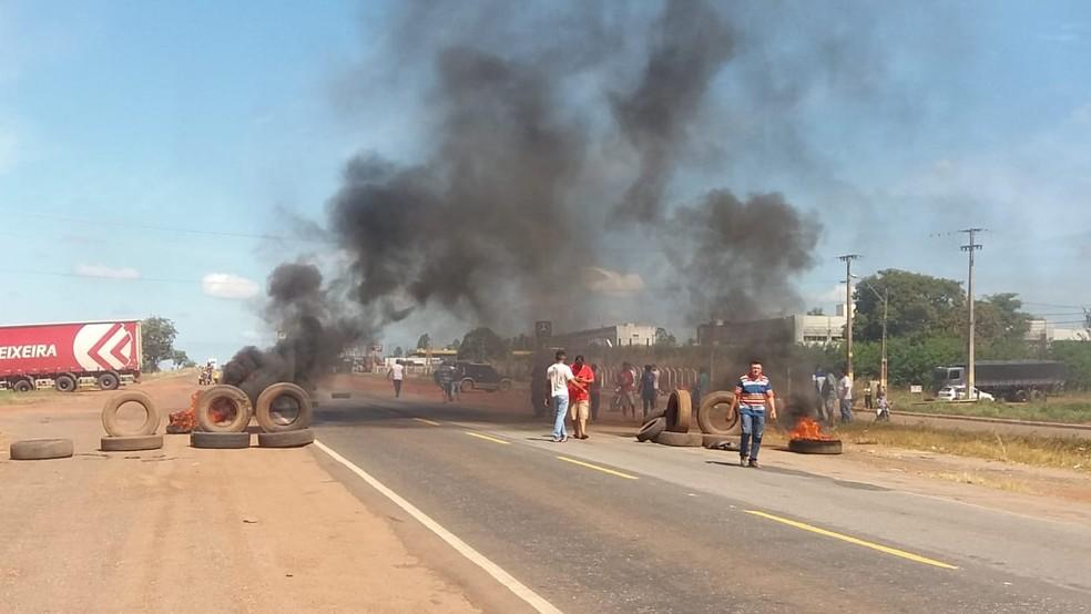 No sul do estado, caminhoneiros colocaram fogo em pneus (Foto: Jairo Santos/TV Anhanguera)