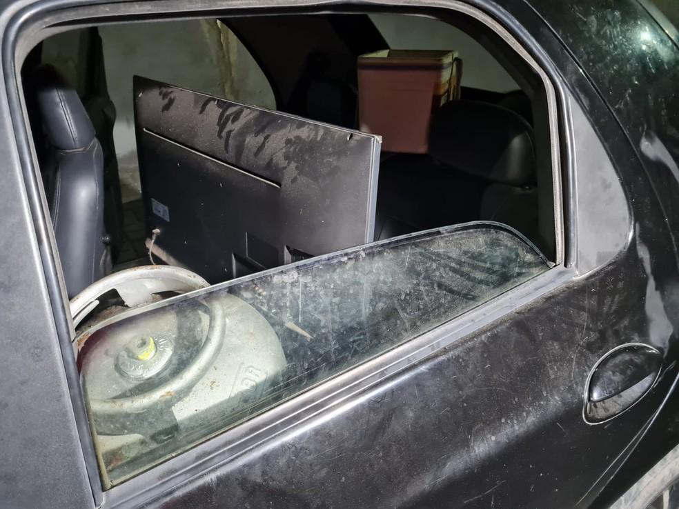 No carro abandonado pelos suspeitos estava os objetos roubados da casa em Caucaia, na Região Metropolitana de Fortaleza. — Foto: Rafaela Duarte/ SVM