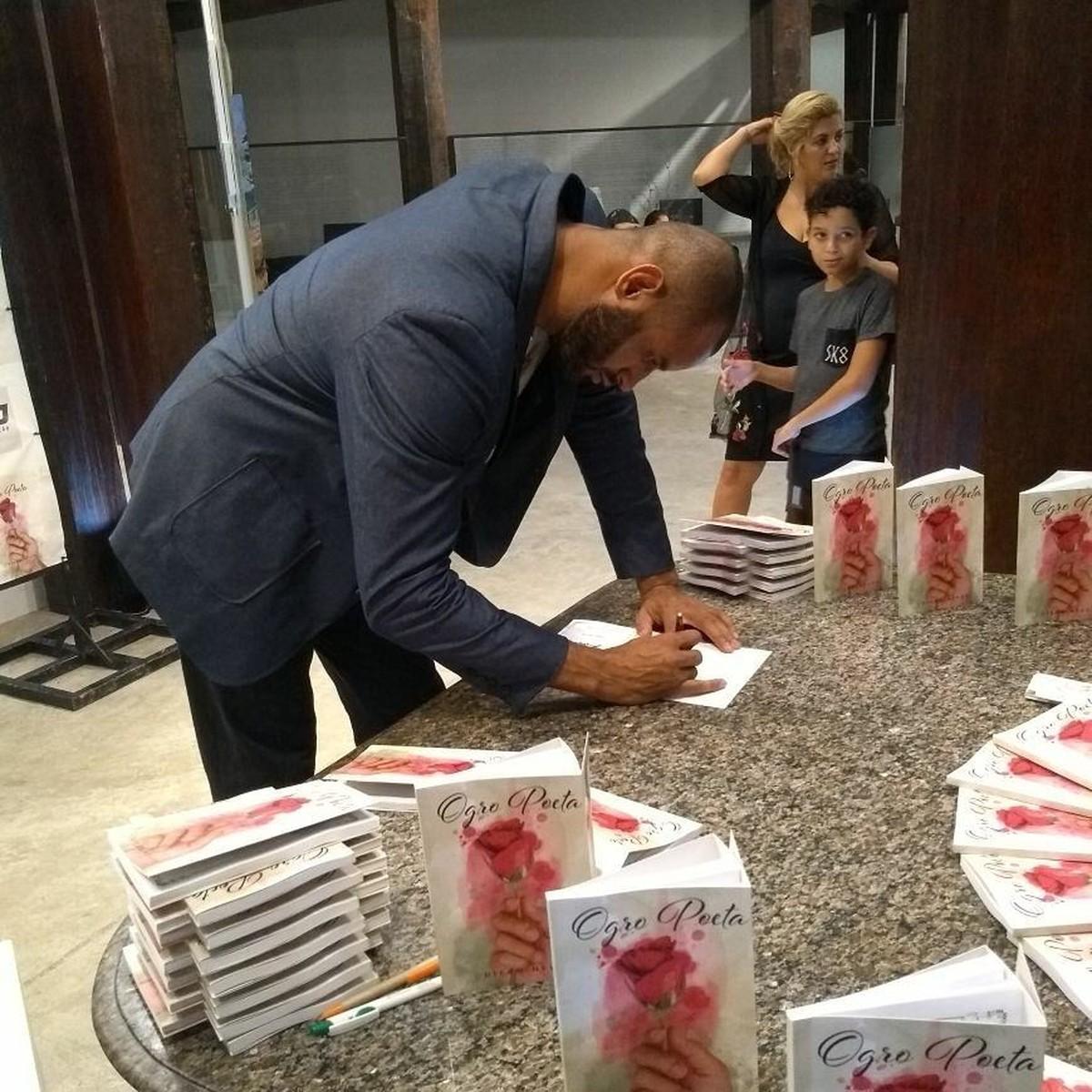 Diego Neves lança livro de poesias em Cabo Frio, no RJ