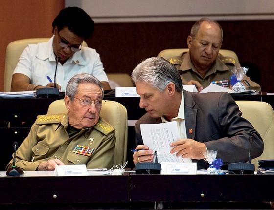Raúl Castro e Miguel Díaz-Canel, escolhido pelo regime para presidir o país (Foto: HO / Cuba Debate / AFP)