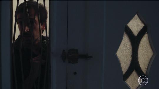 Evandro invade apartamento de Carolina e se desespera ao ver sangue