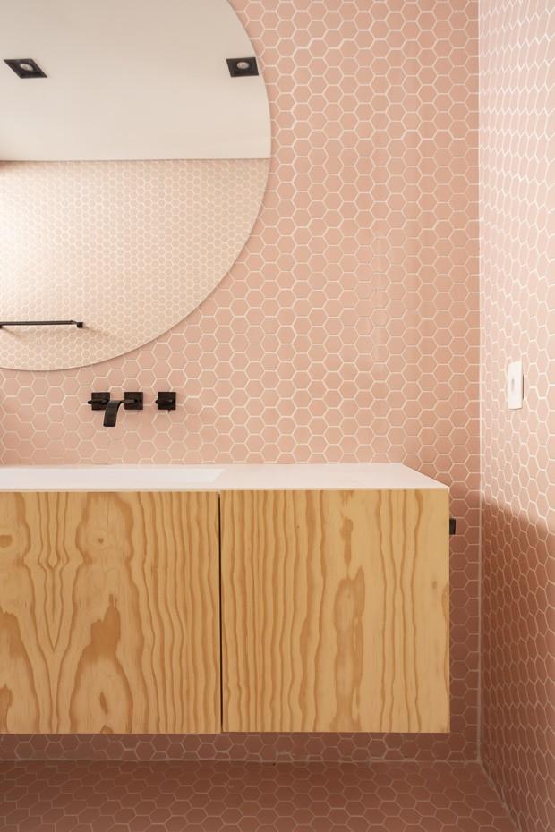 8 banheiros decorados com rosa