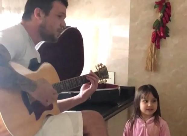 Bruno, do KLB, canta junto com a filha  (Foto: Reprodução Instagram)