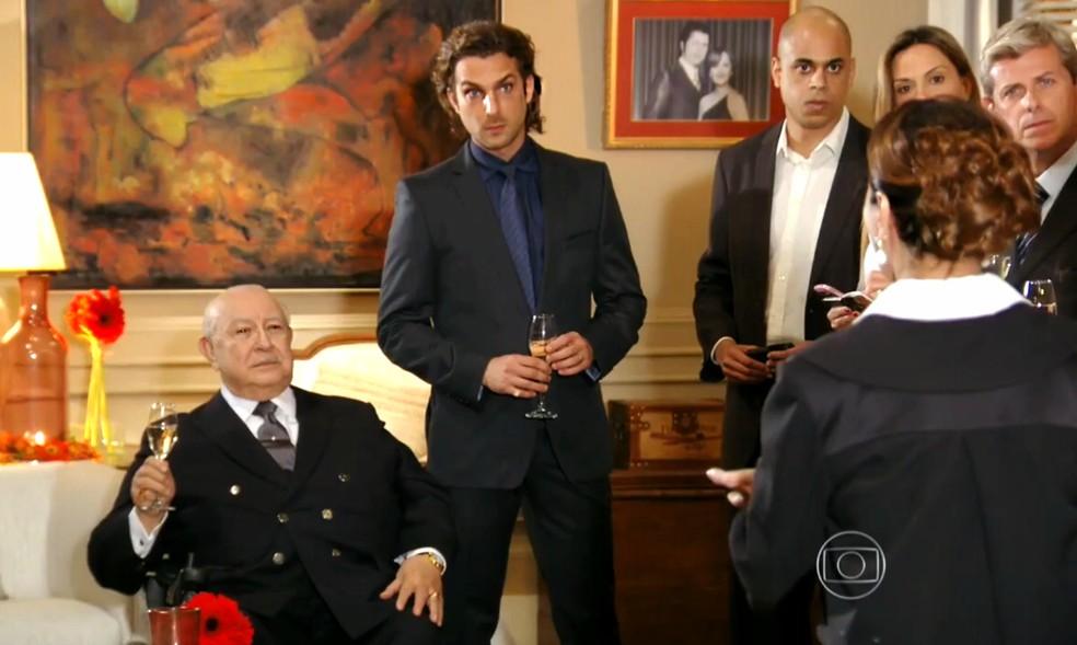 Dionísio (Sérgio Mamberti) fica chocado com audácia de Guiomar (Cláudia Netto) em sua festa particular - 'Flor do Caribe'  — Foto: Globo