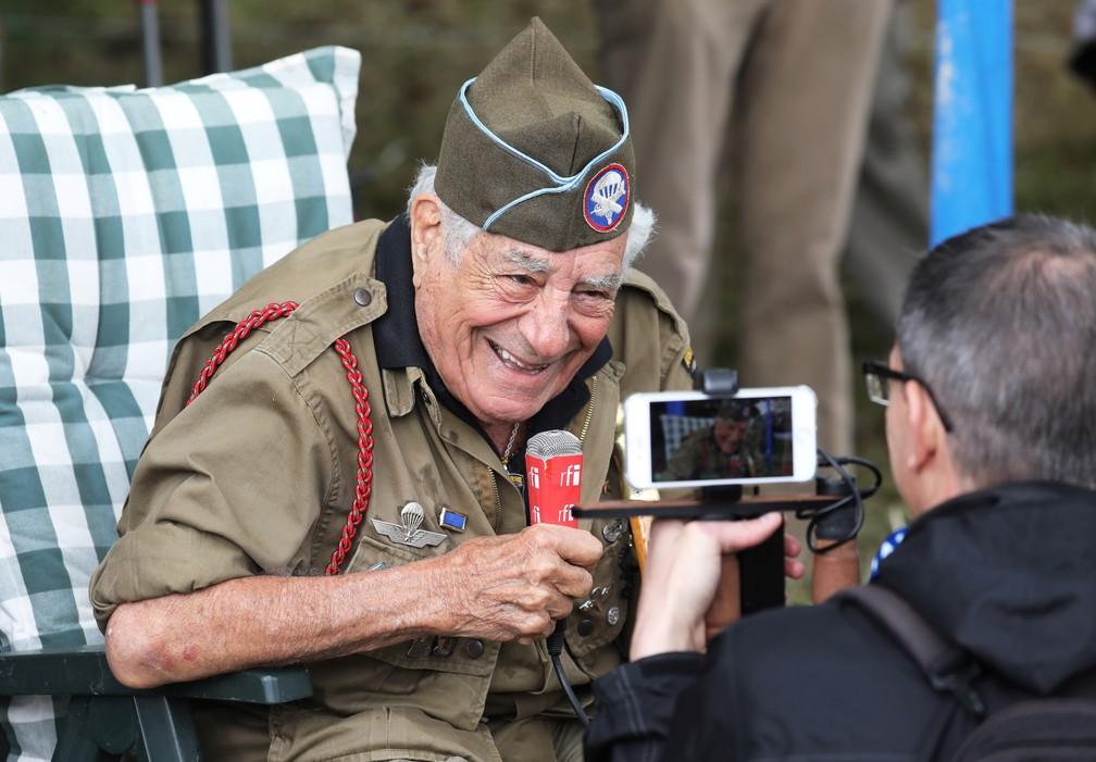 """Ex-combatente americano da Segunda Guerra, Vincent Speranza fala com a imprensa em Carentan, na Normandia, nesta quarta-feira (5), data que marcou os 75 anos do """"Dia D"""". — Foto: Ludovic Marin/AFP"""