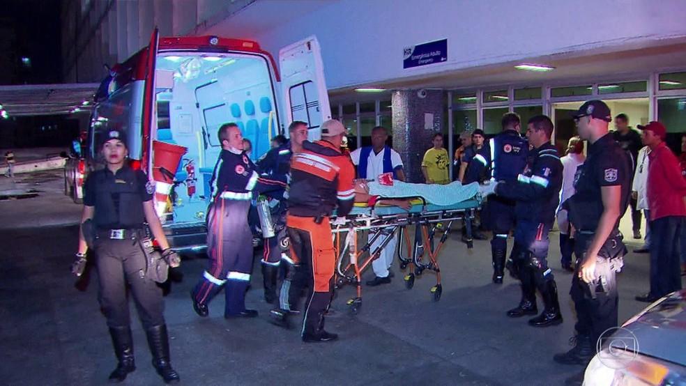 Jovem é atendido após ser mordido por tubarão em Jaboatão dos Guararapes, em Pernambuco (Foto: Reprodução/TV Globo)