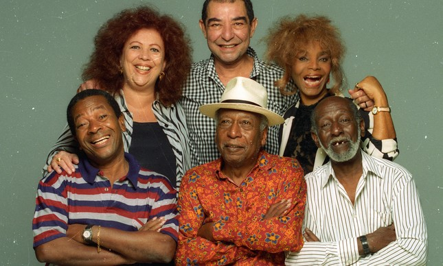 De pé: Beth Carvalho, João Nogueira, Elza Soares. Sentados: Noca da Portela, Zé Kéti e Nelson Sargento