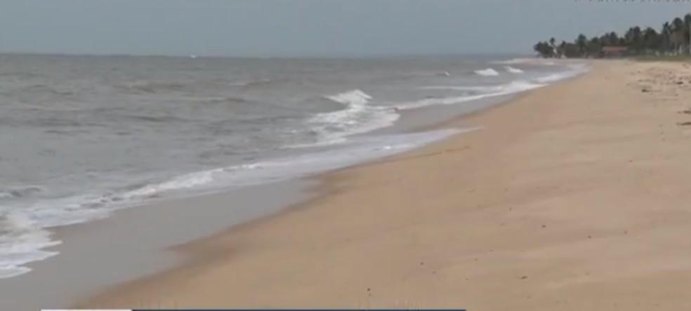Praia de Alcobaça, na Bahia, fica vazia após decreto da prefeitura — Foto: TV Bahia