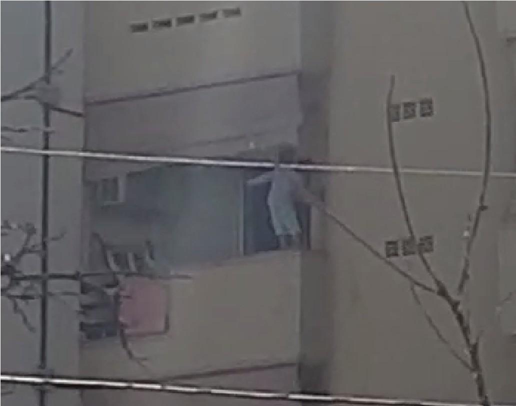 Vídeo mostra criança se pendurando em tela de proteção da sacada de apartamento - Notícias - Plantão Diário