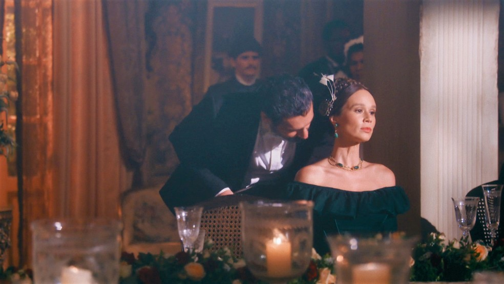 Luísa (Mariana Ximenes) fica incomodada com o assédio de Tonico (Alexandre Nero) em 'Nos tempos do Imperador' — Foto: Globo