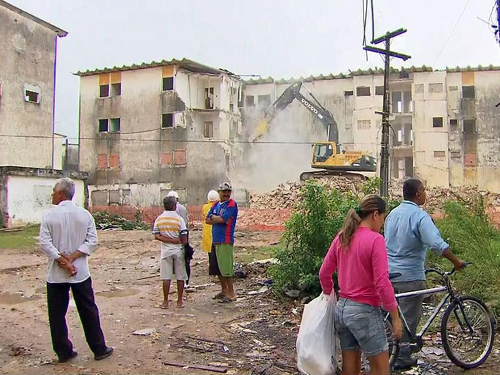 Moradores acompanharam demolição de blocos do Conjunto Muribeca em 2015 (Foto: Reprodução/TV Globo)