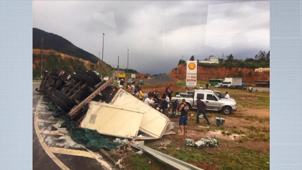 Carga foi saqueada na manhã desta quarta-feira (10) em Guarapari, no Espírito Santo — Foto: Samanta Nogueira/ A Gazeta
