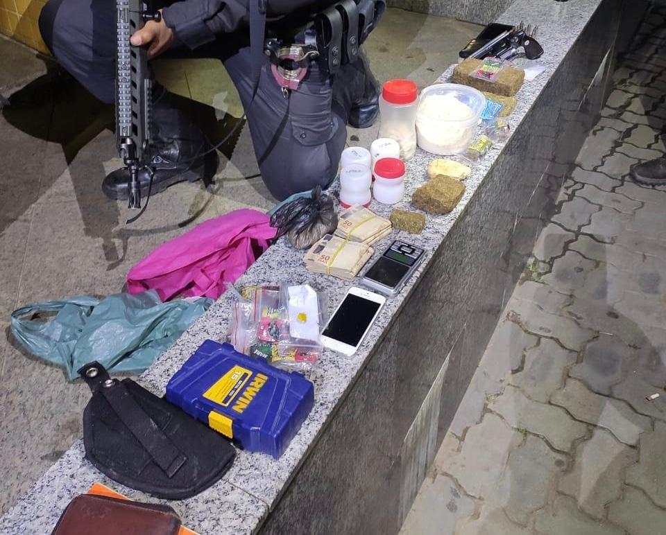 Homem é preso com arma e drogas no Centro de Três Rios