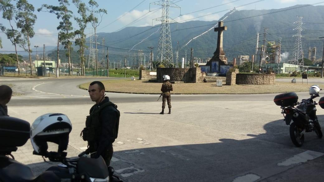 Militares do Exército monitoram protestos na Refinaria da Petrobras em Cubatão, SP