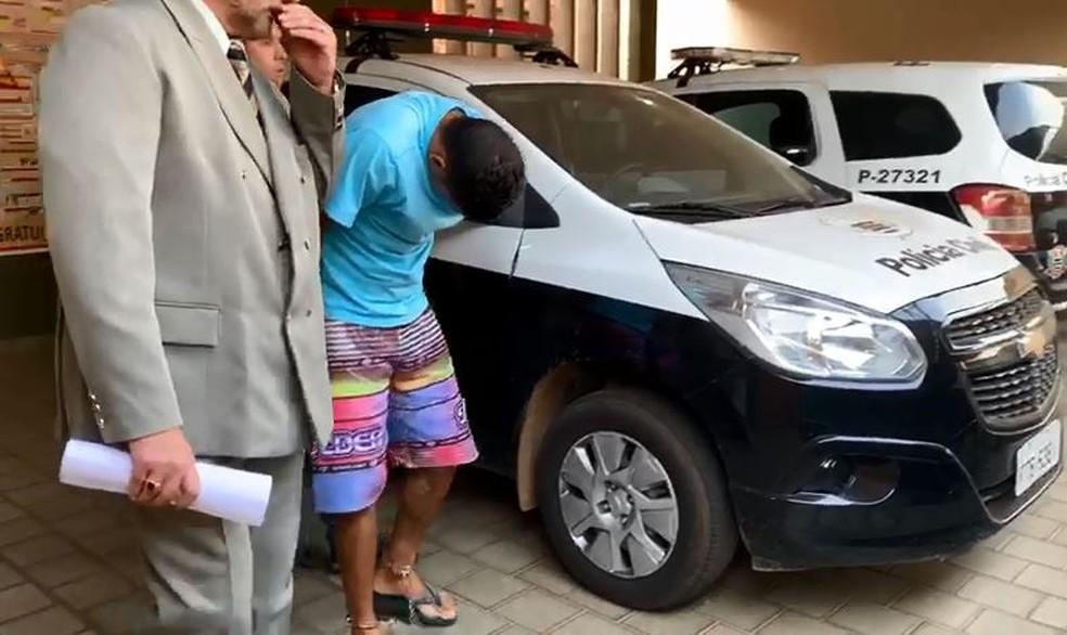 Suspeito foi até a delegacia acompanhado de advogado  — Foto: Renato Pavarino/G1