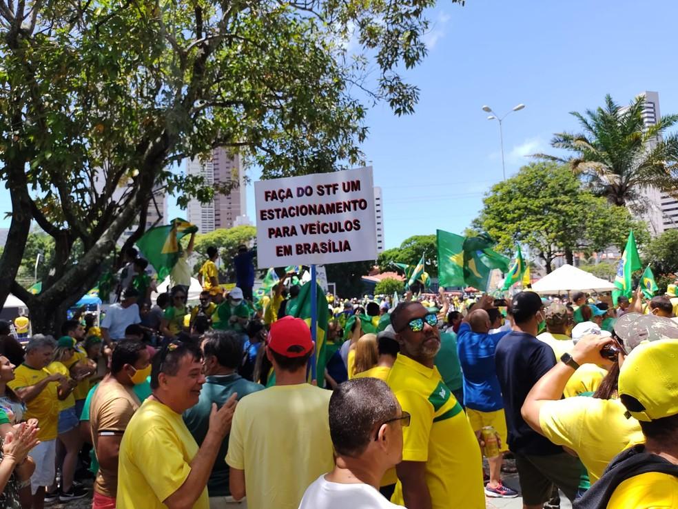 Natal, RN: Protesto favorável a Bolsonaro tem cartazes contra STF. — Foto: Lucas Cortez/Inter TV Cabugi