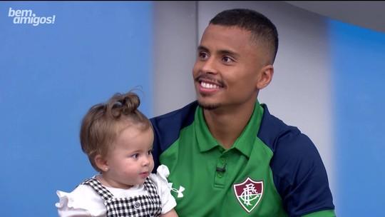 Caio Ribeiro imita golfinho para agradar Antonella, filha do volante Allan, do Fluminense
