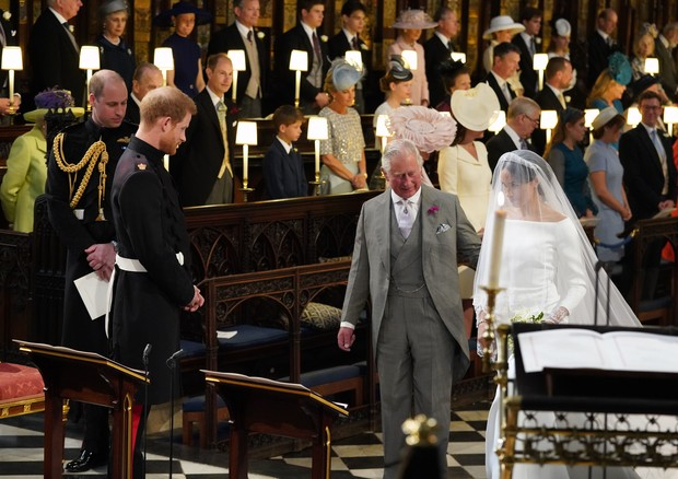 WINDSOR, UNITED KINGDOM - MAY 19:  Prince Harry looks at his bride, Meghan Markle, as she arrives accompanied by Prince Charles, Prince of Wales during their wedding in St George's Chapel at Windsor Castle on May 19, 2018 in Windsor, England. (Photo by Jo (Foto: Getty Images)