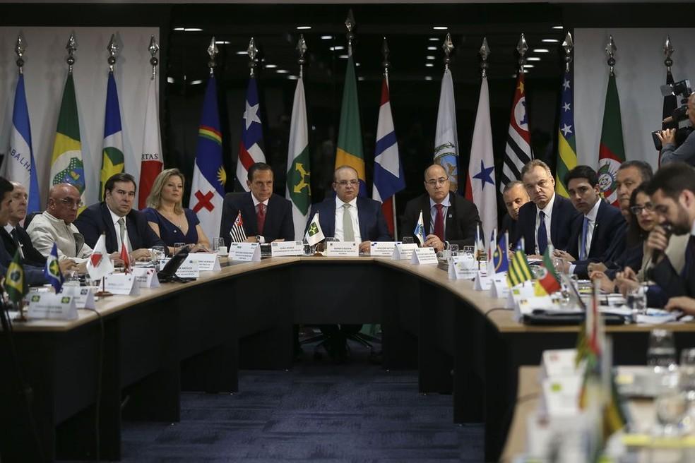 Ao centro, os governadores: João Doria (SP), Ibanez Rocha (DF) e Wilson Witzel (RJ), durante a 5ª Reunião do Fórum de Governadores, na manhã desta terça-feira (11), em Brasília — Foto: José Cruz/Agência Brasil