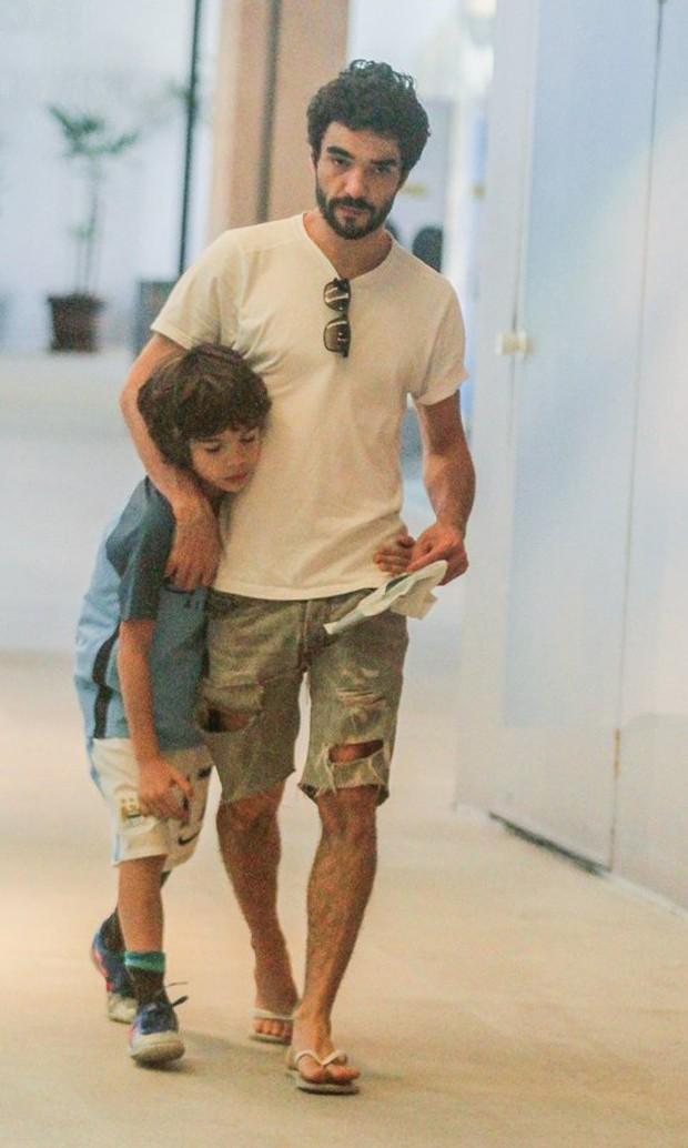 Caio Blat e o filho Bento Blat (Foto: Daniel Delmiro/AgNews)