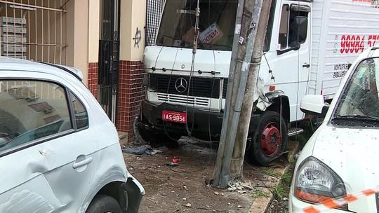 Após perder o controle, motorista de caminhão atropela três pessoas na Cidade Baixa, em Porto Alegre