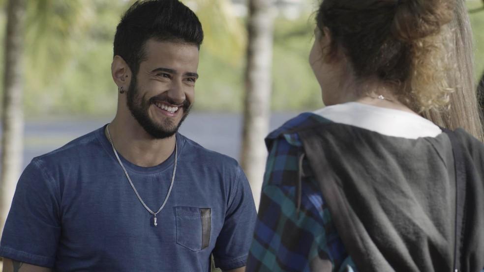 Ivana conta a história de Tê para Simone — Foto: Globo