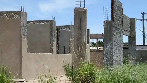 Obra de creche abandonada gera reclamações e insegurança em Santa Cruz do Rio Pardo