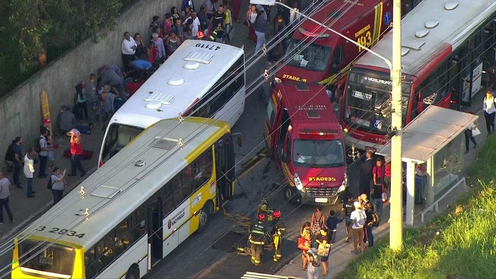 Acidente envoldendo dois ônibus (Foto: Reprodução/TV Globo)