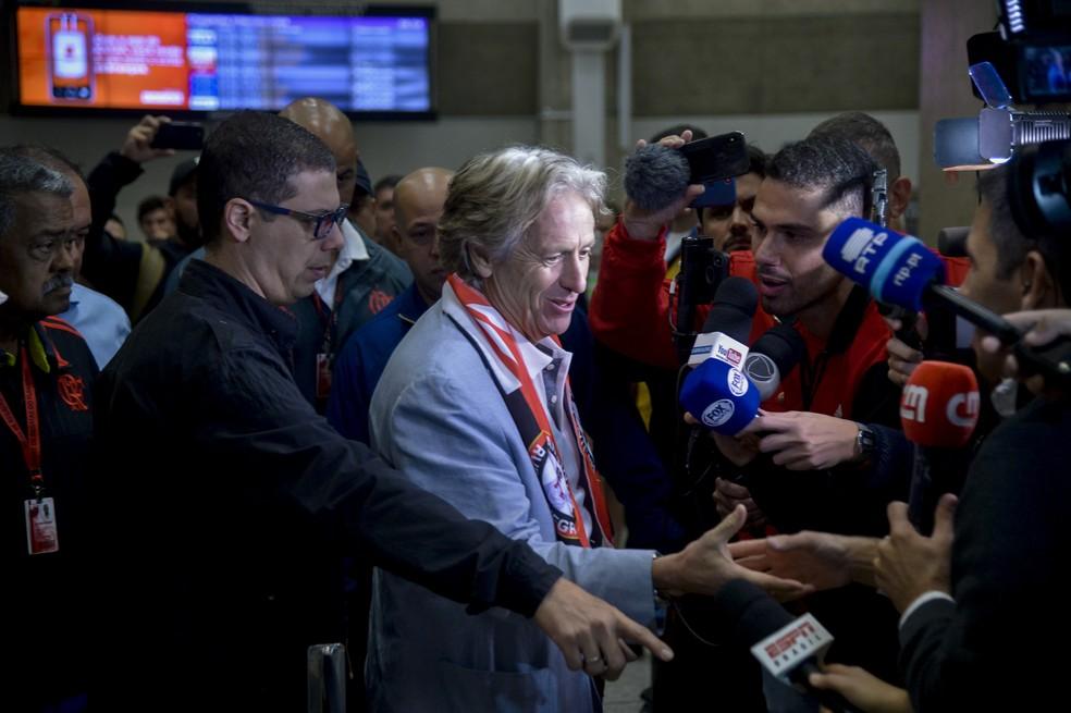 Jorge Jesus na chegada ao Rio de Janeiro e o batalhão de repórteres à espera — Foto: Marcelo Cortes/Flamengo