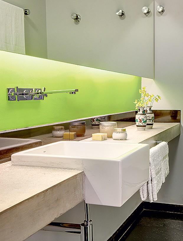 """As paredes da área seca do banheiro tiveram o revestimento original substituído por pintura verde, evidenciada pelo nicho de iluminação. """"É divertido encontrar cor onde não se espera"""", diz a arquiteta Tais Mattos (Foto: Edu Castello/Casa e Jardim)"""