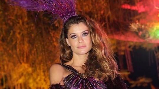 Alinne Moraes e Deborah Secco roubam a cena em baile carioca