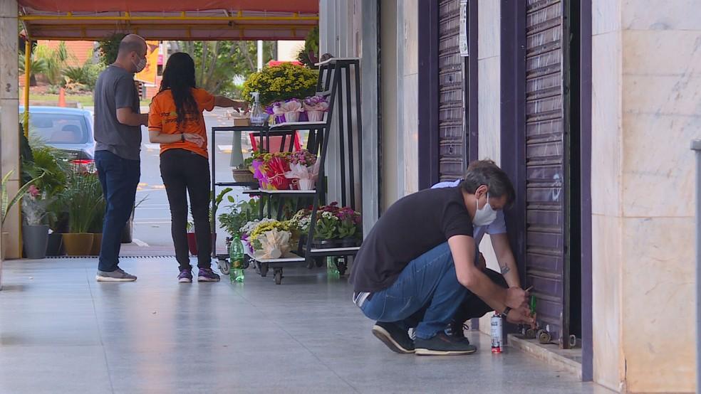Comércio fechado durante medidas de restrição no Distrito Federal — Foto: TV Globo/Reprodução