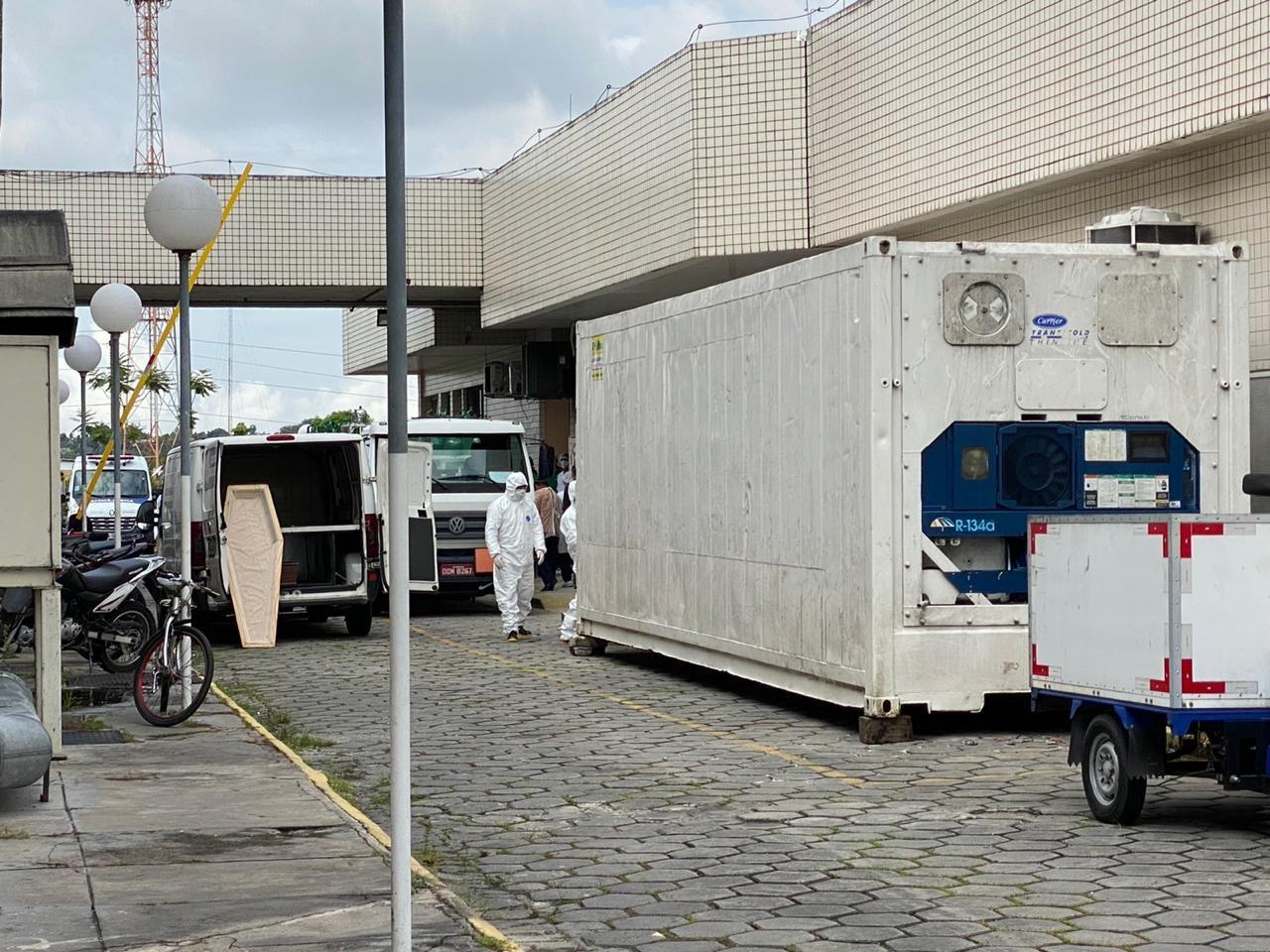 Aumento de mortes por Covid-19 leva governo do AM a instalar novas câmaras frigoríficas em hospitais de Manaus