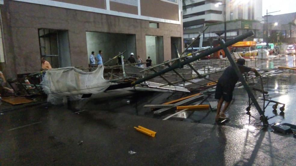 Ninguém se feriu devido à queda de uma estrutura de um prédio na Avenida Júlio de Castilhos — Foto: Divulgação/EPTC