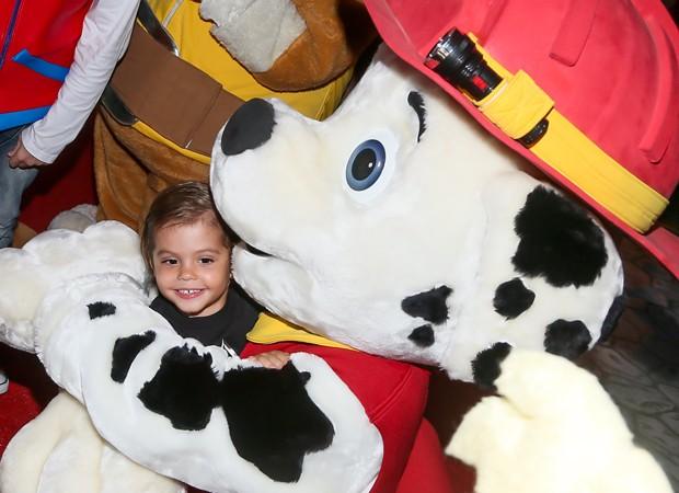 Enzo se diverte com boneco da 'Patrulha Canina' (Foto: Manuela Scarpa/Brazil News)