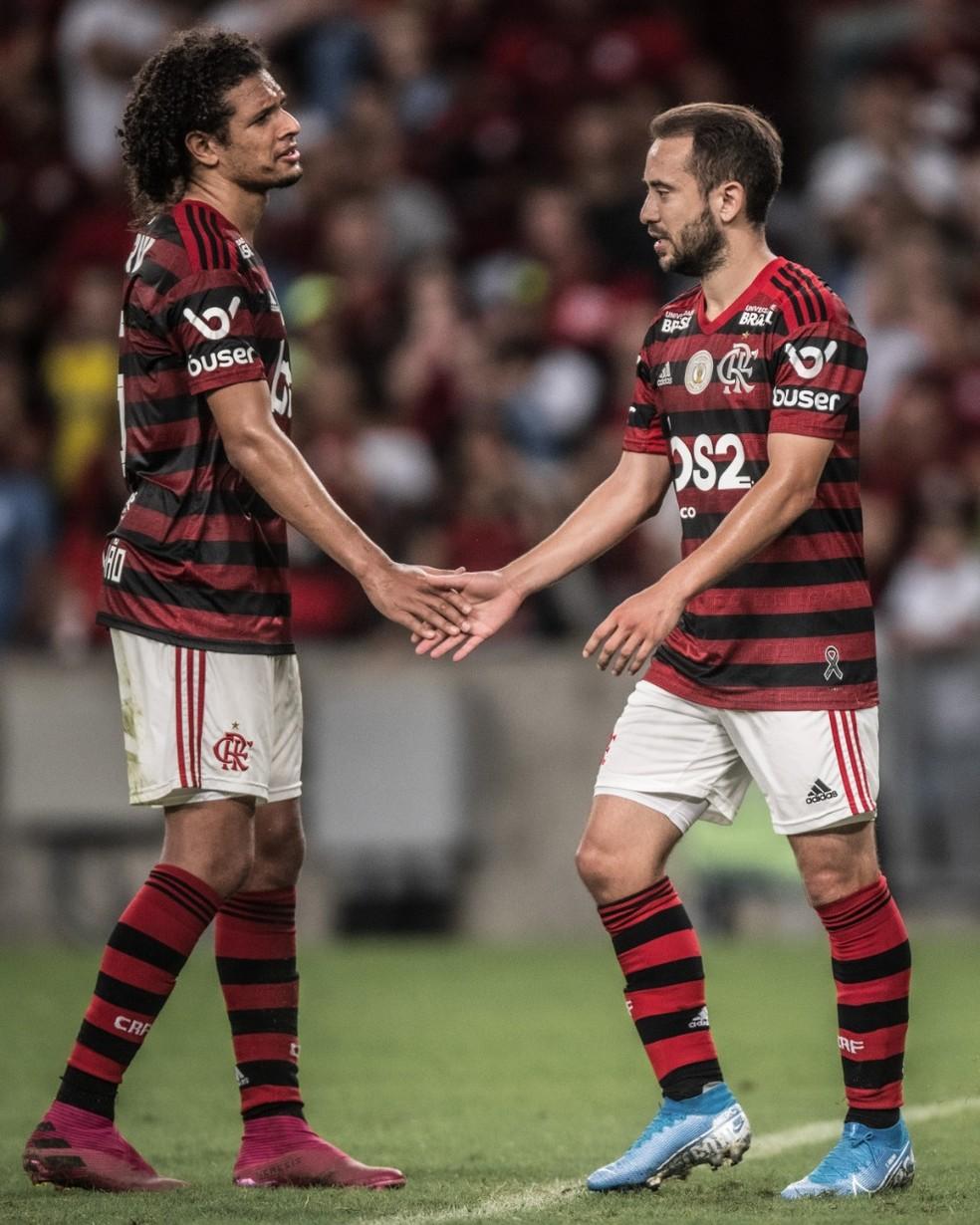 Willian Arão e Everton Ribeiro se preparam para encarar a crise — Foto: Pedro Martins / Foto FC