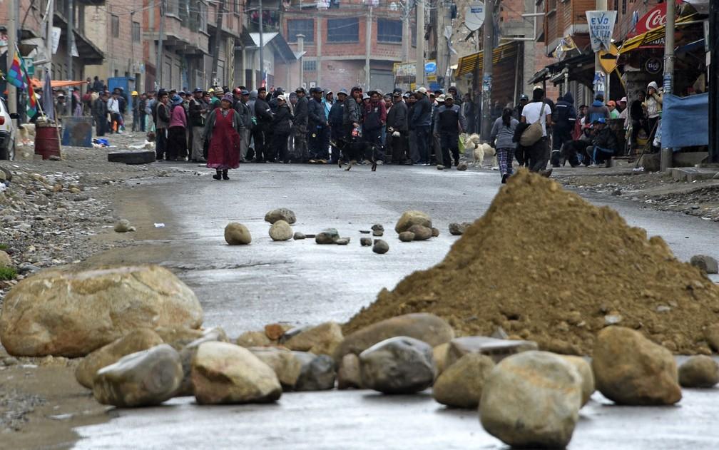 Manifestantes contrários ao ex-presidente Evo Morales bloqueiam rua em La Paz, na Bolívia, na terça-feira (12) — Foto: Aizar Raldes/AFP