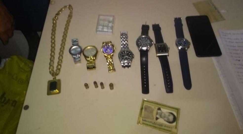 Joias, relógios e munição foram apreendidos com suspeitos de sequestros, roubos e receptação, no Recife — Foto: Polícia Civil/Divulgação