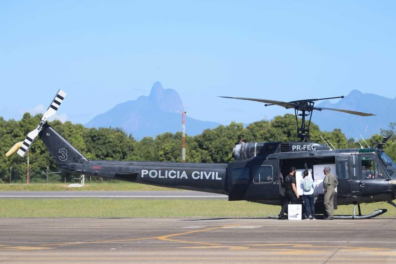 Aeronave com doses da CoronaVac chega a Macaé, no RJ