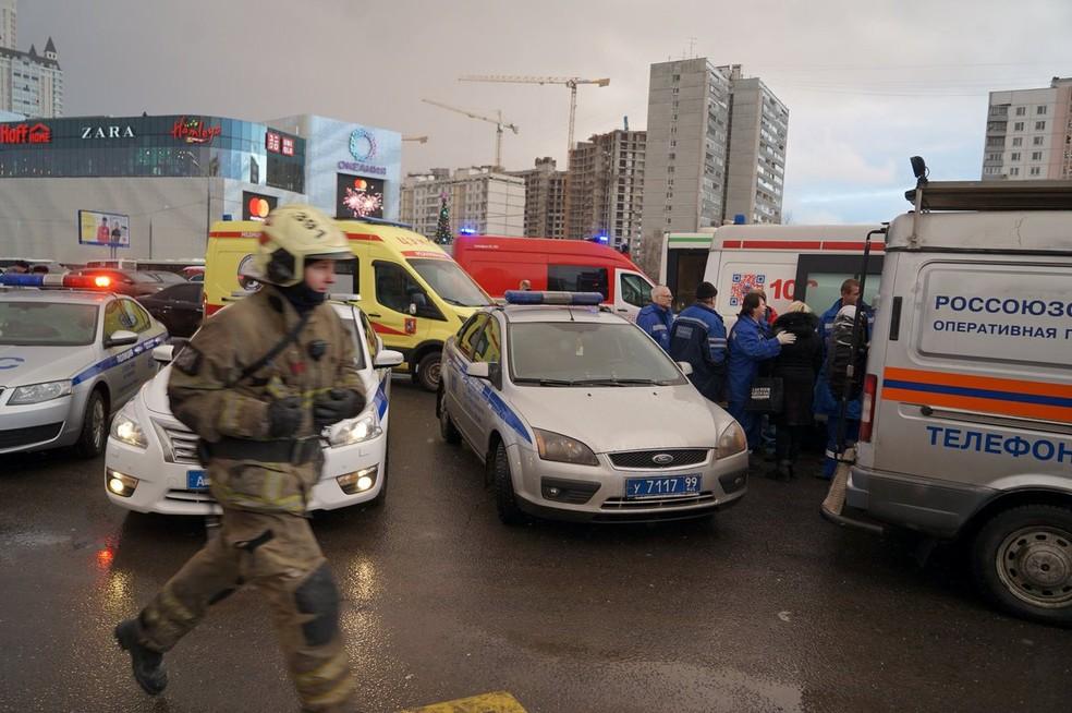 Equipe de resgate trabalha no local do incidente em Moscou (Foto: Cortesia de Alexey Abanin/via Reuters)