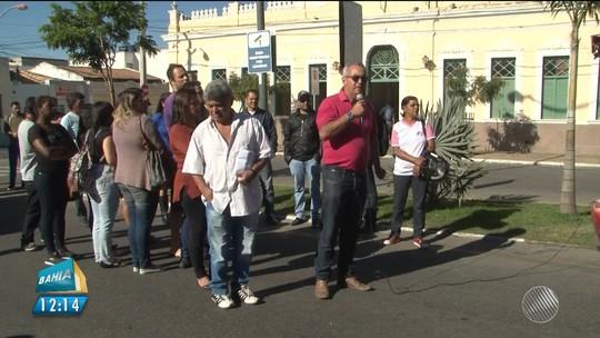 Servidores de Vitória da Conquista alegam atraso de seis meses de salário e fazem protesto na frente da prefeitura